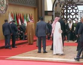 Tổng thống Lebanon ngã nhào trên thảm đỏ ở Jordan