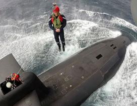 Tổng thống Pháp thả mình từ trực thăng xuống tàu ngầm hạt nhân