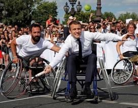"""Tổng thống Pháp """"lăn xả"""" trong trận đấu quần vợt trên xe lăn"""