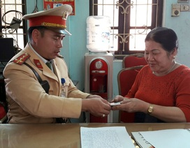 CSGT trả lại chiếc ví cho người phụ nữ đi khám bệnh