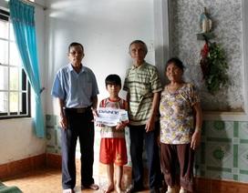 Trao sổ tiết kiệm 100 triệu đồng cho bé Trần Ô Liu