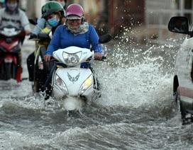 Sóng triều cường đánh cao nửa mét trên đường phố Sài Gòn