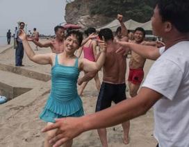 """Người Triều Tiên vui chơi """"thả ga"""" trên bãi biển"""