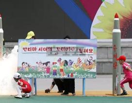 Trẻ em Triều Tiên chơi phóng mô hình tên lửa trong ngày Quốc tế Thiếu nhi