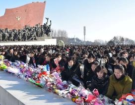 """""""Biển người"""" Triều Tiên đặt hoa tưởng niệm ngày mất cố lãnh đạo"""