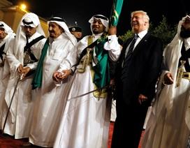 Tổng thống Trump lắc lư theo điệu nhảy với kiếm tại Ả rập Xê út