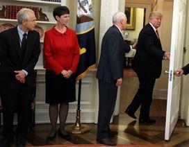 Tổng thống Trump quên ký sắc lệnh tại Nhà Trắng