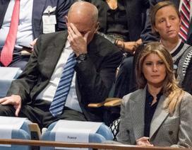 Vì sao Chánh văn phòng Nhà Trắng ôm đầu khi ông Trump phát biểu?