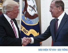 """Làm thế nào truyền thông Nga """"lọt"""" được vào họp kín Trump – Lavrov?"""