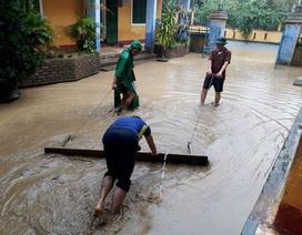 Trường học Huế tất bật dọn lũ, còn 40% trường vẫn ngập lụt