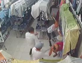 Công an triệu tập nhóm nghi can chém gục nhân viên cửa hàng thời trang