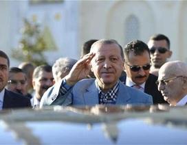 Tổng thống Thổ Nhĩ Kỳ ngất xỉu khi cầu nguyện