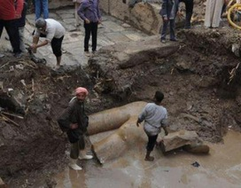 Phát lộ bức tượng khổng lồ của một vị hoàng đế trong lớp bùn của Ai Cập