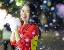 """Giới trẻ thích thú với """"tuyết rơi"""" ở Hà Nội"""