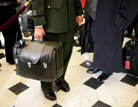 """Người giữ vali hạt nhân """"bỏ rơi"""" ông Trump"""