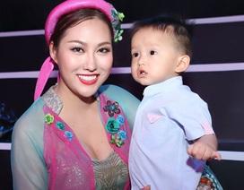 Phi Thanh Vân mang theo con trai lên sân khấu tập hát