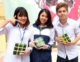 Học sinh trường Việt Đức gói 550 bánh chưng tặng bạn nghèo