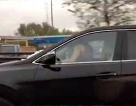 """Cặp đôi vừa làm """"chuyện ấy"""" trên ô tô vừa lái xe với vận tốc 70km/h"""