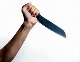 Say rượu, chồng vung dao chém vợ con không thương tiếc