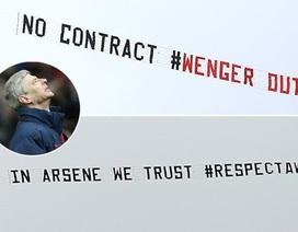 """CĐV Arsenal thuê hai máy bay """"đấu đá"""" trên bầu trời vì Wenger"""