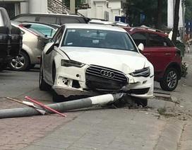 """Xe Audi lao lên vỉa hè đâm bị thương người đi bộ, """"hạ gục"""" một cột điện"""