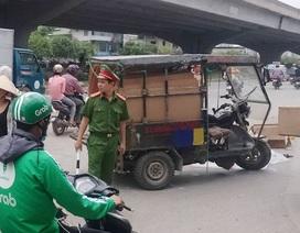 Hà Nội: Xe ba bánh lật nghiêng đè 1 người tử vong