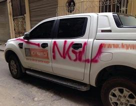 """Dậy sóng tranh luận quanh chuyện ô tô bị sơn chữ """"Ngu"""""""