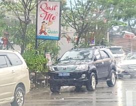 Xe biển xanh đậu trước quán nhậu trong giờ làm việc