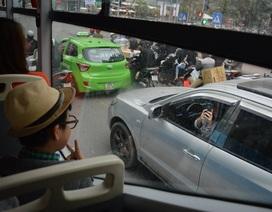 """Bức hình """"Mẹ đi 4 bánh chụp hình con ngồi BRT"""" được cộng đồng mạng tán thưởng"""