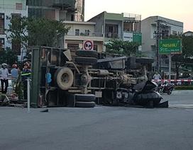 Xe phòng cháy lật nghiêng trên đường, 2 cảnh sát thương nặng