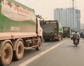 Hà Nội: 4 xe chở rác nối đuôi nhau đi vào làn xe buýt nhanh