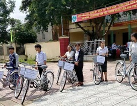 Giáo viên góp tiền mua xe đạp cho học sinh nghèo mượn để đi đến trường