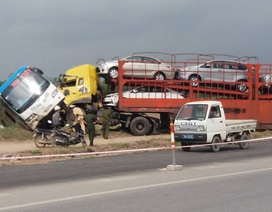"""Xe đầu kéo """"ủn"""" xe khách xuống vệ đường, nhiều hành khách la hét"""