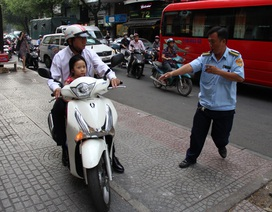 TPHCM xử phạt hơn 100 xe máy leo vỉa hè