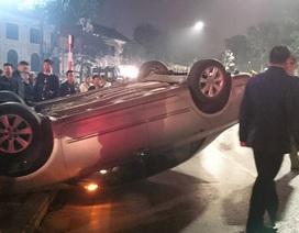 """Hà Nội: Ô tô """"chổng vó"""" trên đường, xe máy lao vào cột biển báo"""