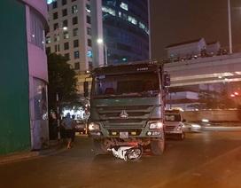 """Hà Nội: Xe tải """"nuốt"""" xe máy, cô gái trẻ tử vong"""