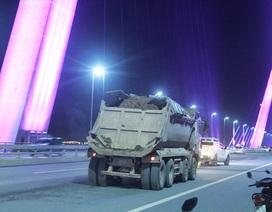 """Đề nghị Hà Nội xử lý nghiêm xe tải """"rải"""" đất trên cầu Nhật Tân"""
