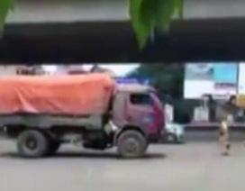 CSGT chạy bộ đuổi theo xe tải lùi ngược chiều trên phố