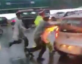 """Hà Nội: Lộ diện tài xế taxi vượt đèn đỏ, """"ủi"""" cảnh sát giao thông"""