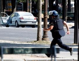Ô tô chở đầy vũ khí lao vào cảnh sát gần dinh tổng thống Pháp