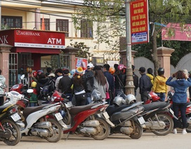 Dân quê cũng mệt mỏi xếp hàng chờ rút tiền ở cây ATM