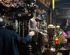 Người người sắm lễ, xoa tay lên tượng, bỏ tiền vào kiệu rước ấn cầu may
