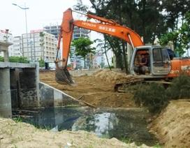 """""""Bịt"""" các rãnh nước hôi thối đổ ra bãi biển Sầm Sơn"""