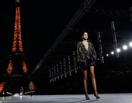 Con gái Cindy Crawford trình diễn bên tháp Eiffel
