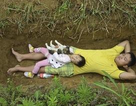 Bố đưa con gái ốm nặng ra huyệt mộ hàng ngày để khi qua đời con không sợ hãi
