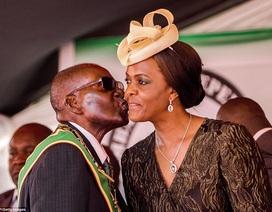 """Hai người vợ """"định hình"""" cuộc đời Tổng thống Zimbabwe"""