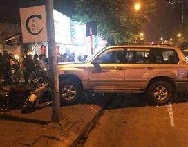 Ô tô 7 chỗ đâm liên hoàn nhiều xe máy trên phố Hà Nội