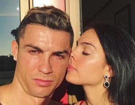 C.Ronaldo cởi trần và tình tứ với bạn gái xinh đẹp