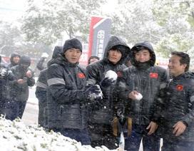 Tuyển thủ U23 Việt Nam thích thú nghịch tuyết ở Trung Quốc