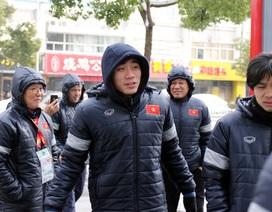 """U23 Việt Nam sắm gấp """"giày khủng"""" đối phó mưa tuyết"""